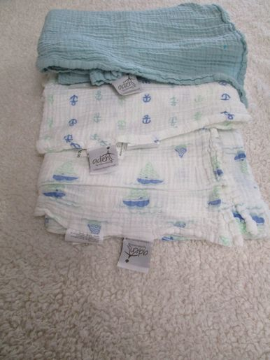 brand_aden+anais color_white/blue Receiving blanket