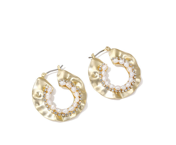 ZEGL ABSTRACT HAMMERED GOLD HOOP EARRINGS WITH PEARL DETAIL - boopdo