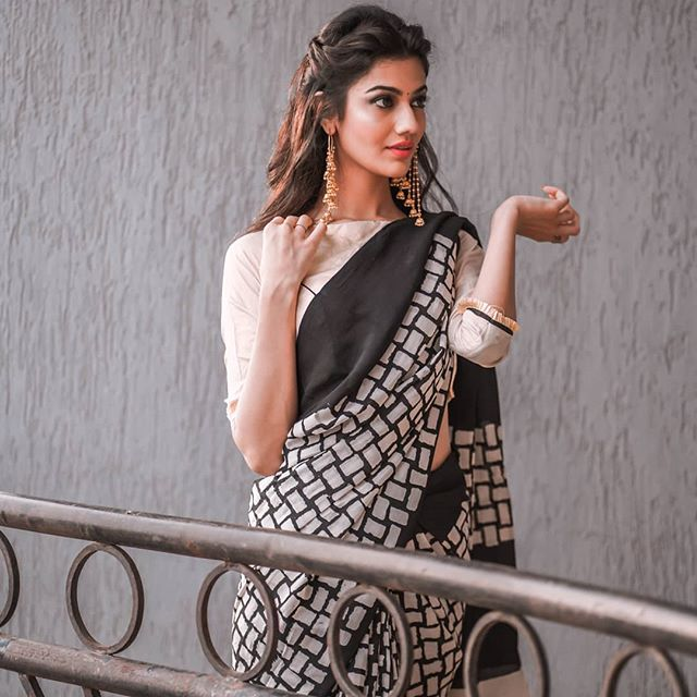 Desiring Black And Off White  Colored Party Wear Pure Linen Printed Saree