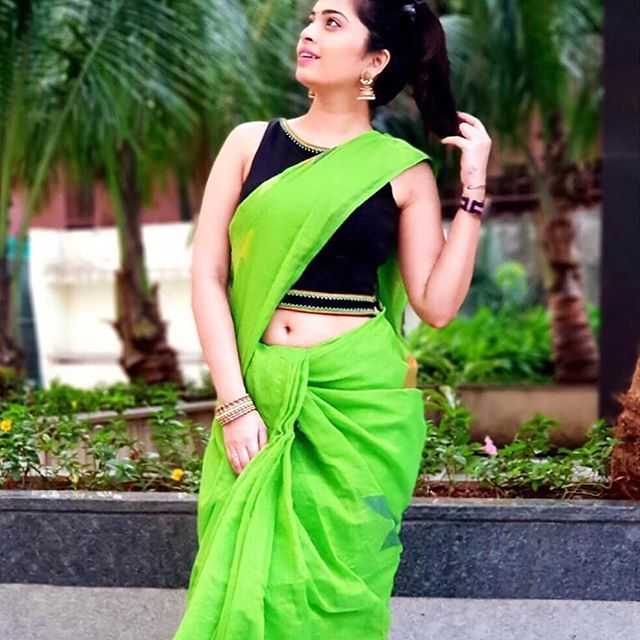 Hypnotic Parrot Green And Black Colored Party Wear Pure Linen Printed Saree