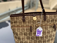 Load image into Gallery viewer, MICHAEL KORS USED HANDBAG