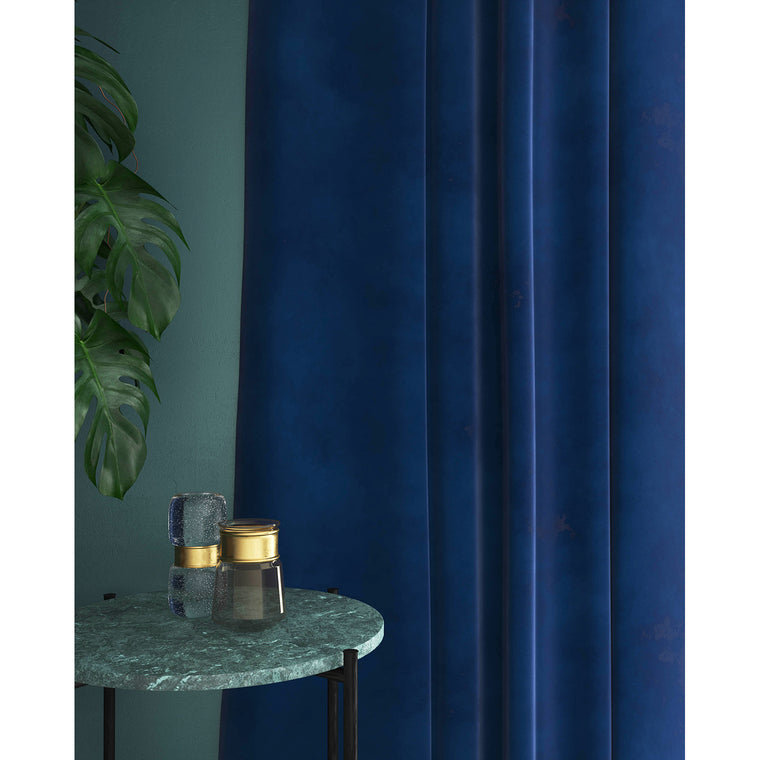 Curtain in a dark blue velvet fabric with a stain resistant finish