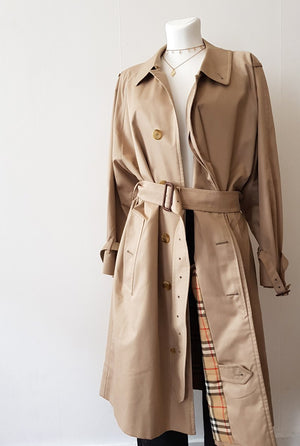 BURBERRY's RAIN COAT