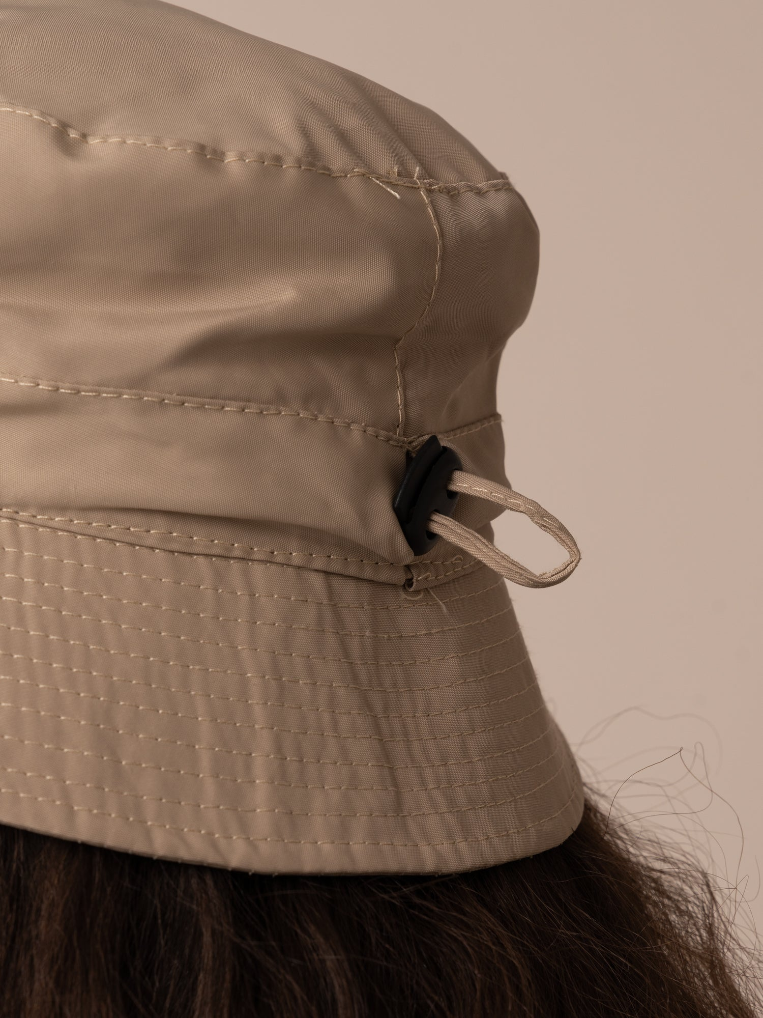 IMPERMEABLE  BUCKET HAT // CAMEL