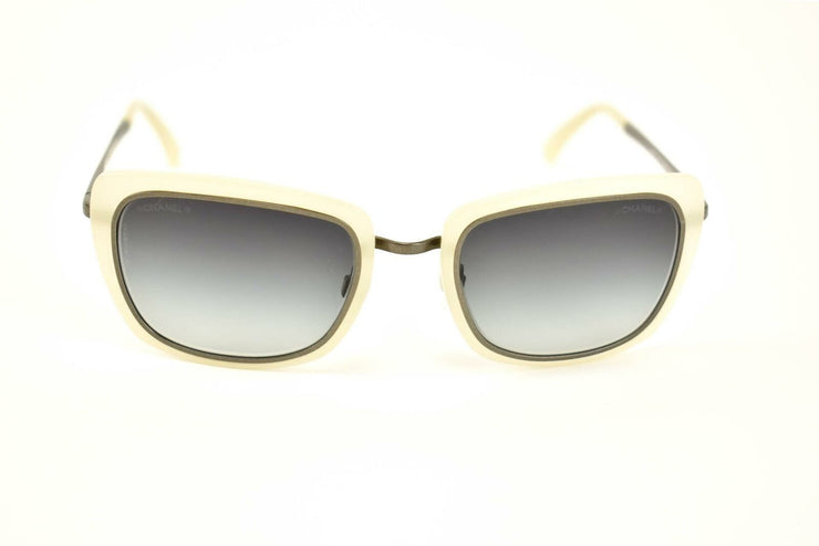 CHANEL: Pearl/Antique Silver Logo Sunglasses (es)