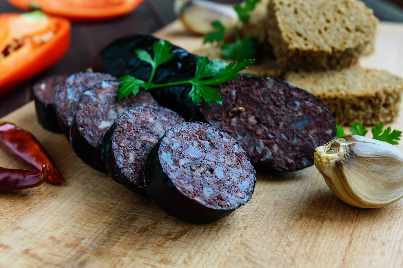black pudding keto: Spanish black pudding slices with bread and vegetables on the side
