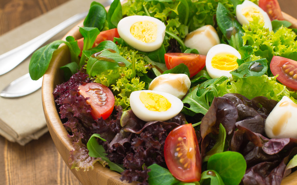 vegetarian keto diet: Bowl of mixed green salad with eggs and tomatoes