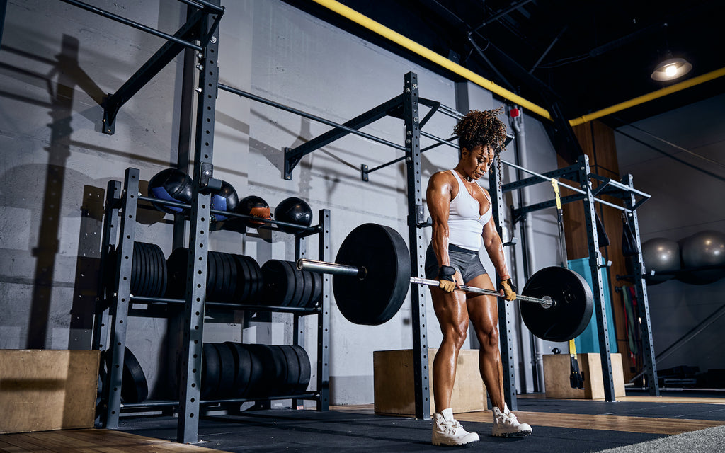 how long does it take to get into ketosis: Woman lifting weights at the gym