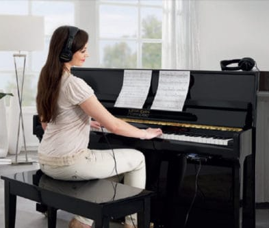 Pianist using a silent system with headphones
