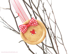 Make Christmas ornaments with buttons - an easy and fun DIY project