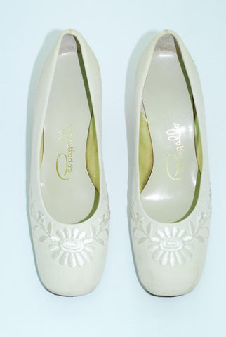 Pappagallo Ivory Embroidered Pump