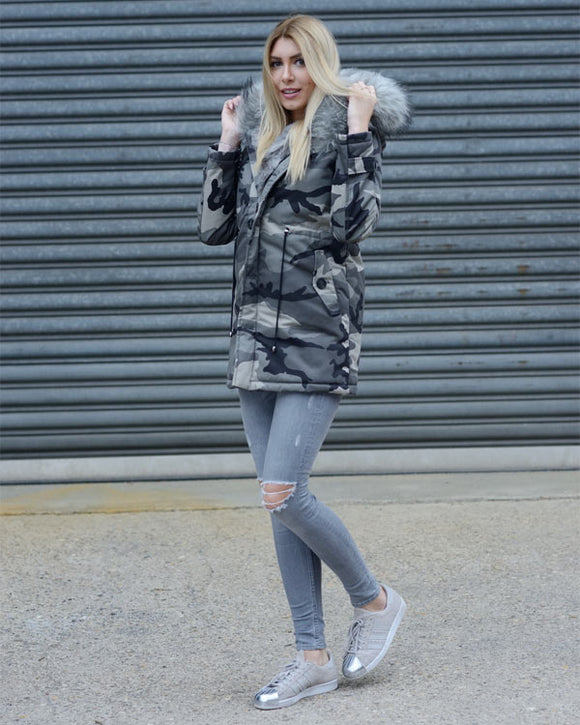 Fell-Parka mit hell grauem Camouflage Print