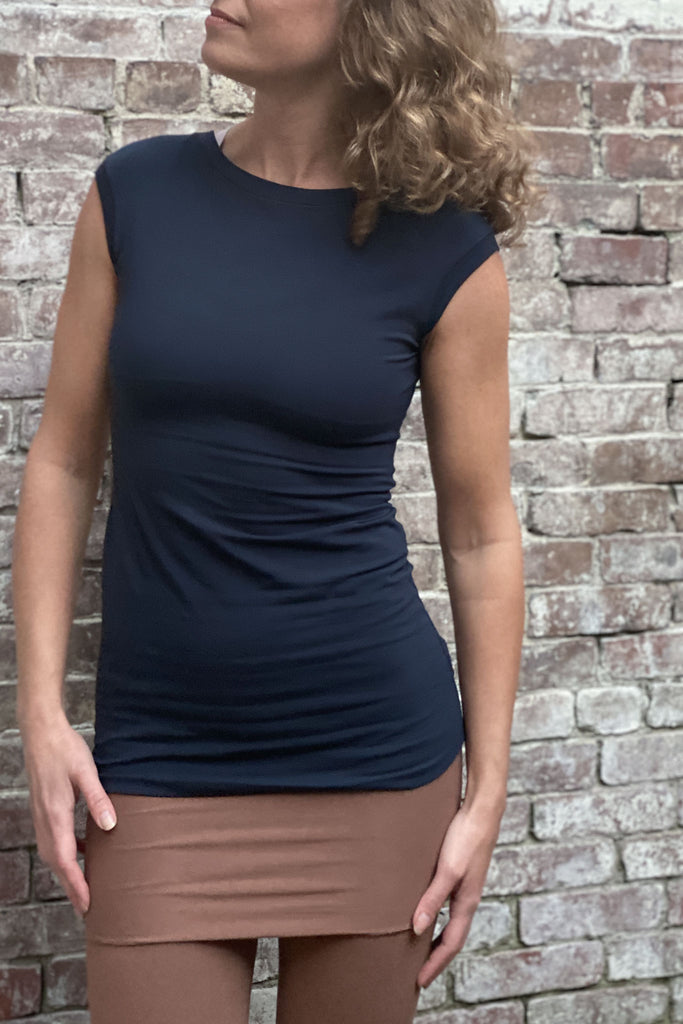 "cap tunic in navy with cedar hourglass model 5.9"" size wing"