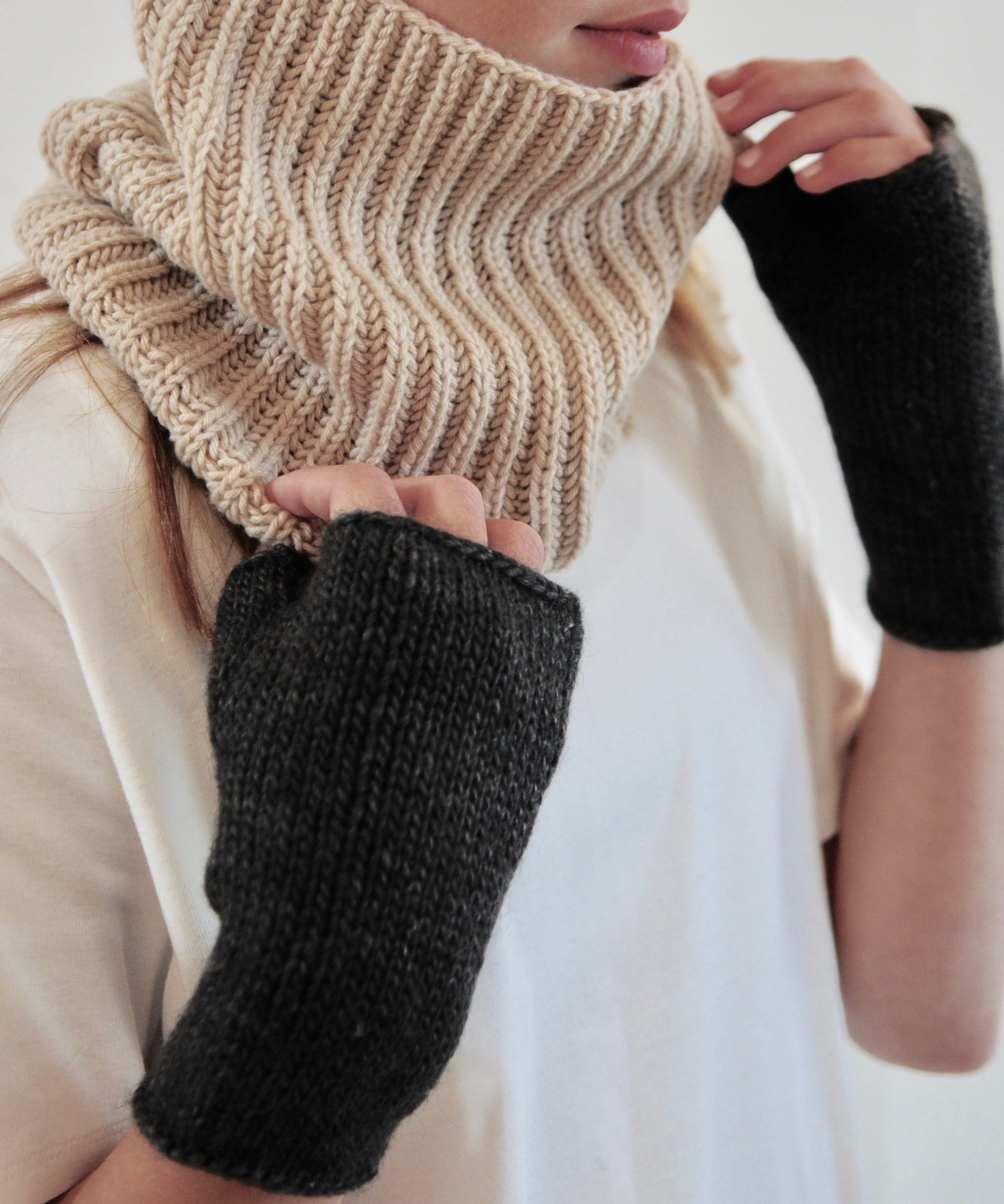 boujo-hake-fingerless-gloves-wild-wool-anthracite