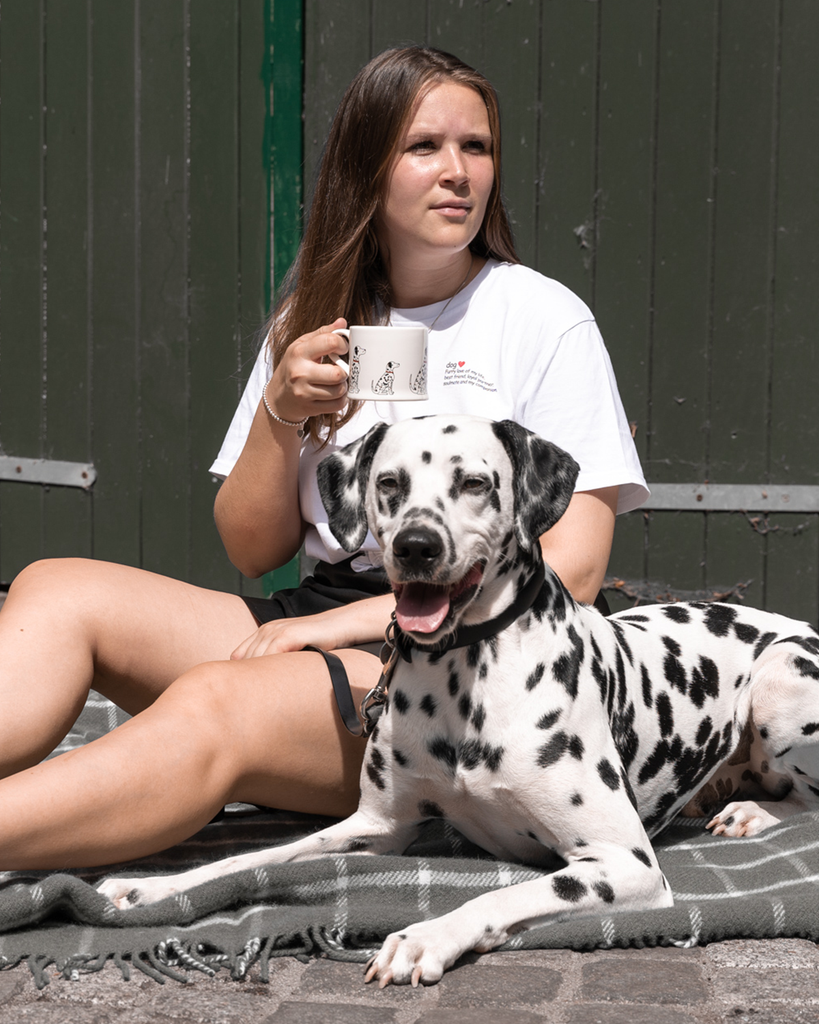 Definition Dog Shirt mit Dalmatiner und Tasse fotografiert.
