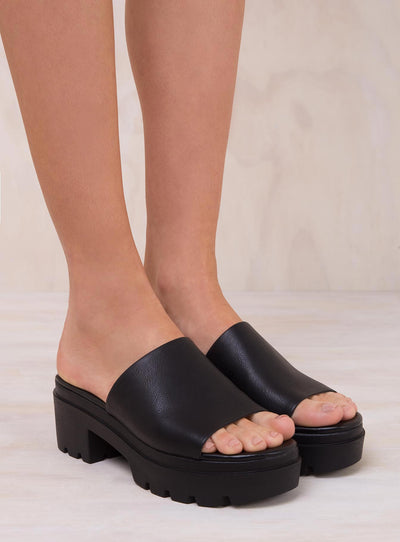Lipstik Black Escape Platform Mules