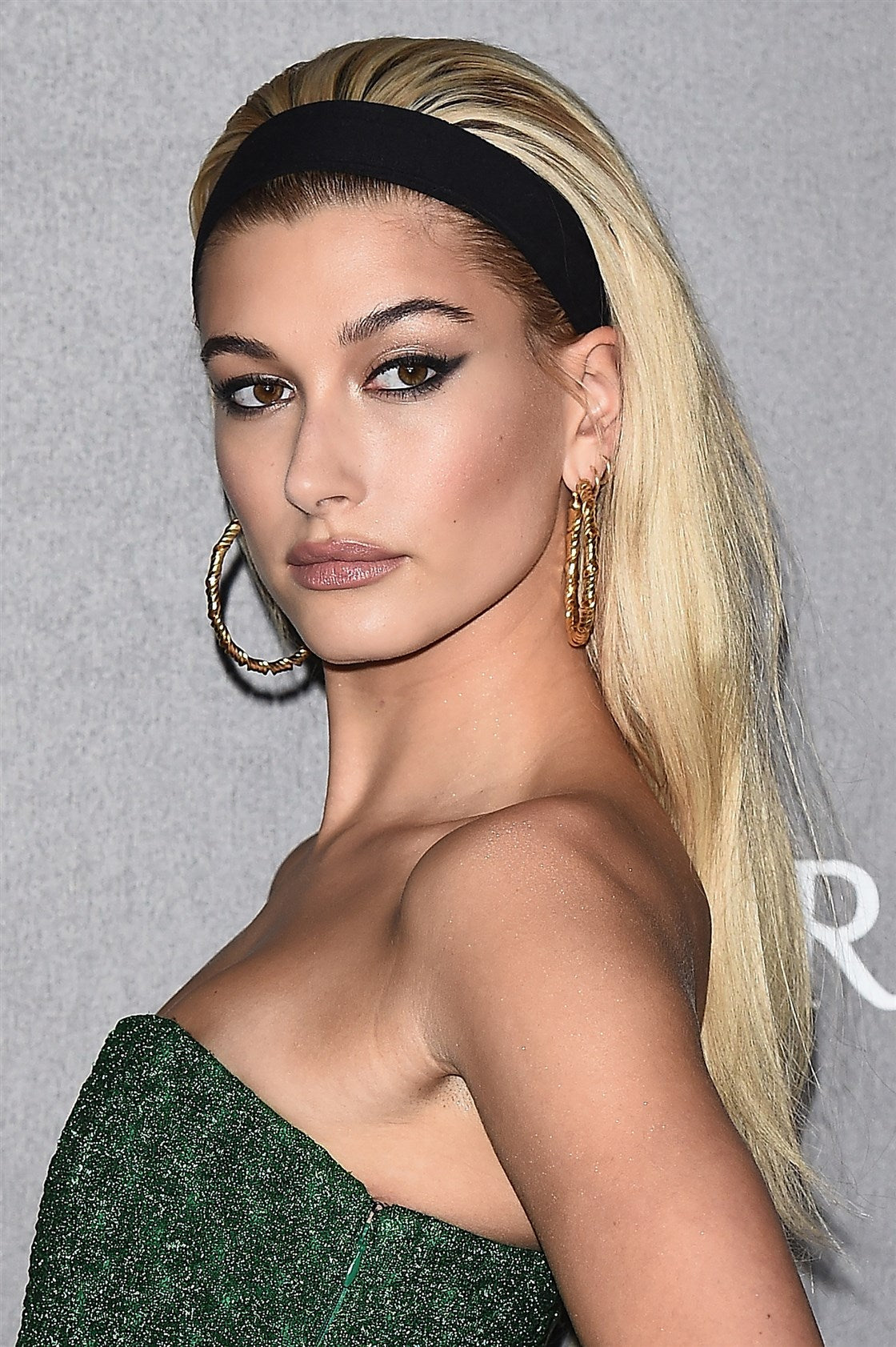 Hailey Baldwin porte un bandeau cheveux large