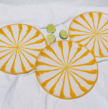 Load image into Gallery viewer, Dinner plate with candy cane stripes - Pomelo casa