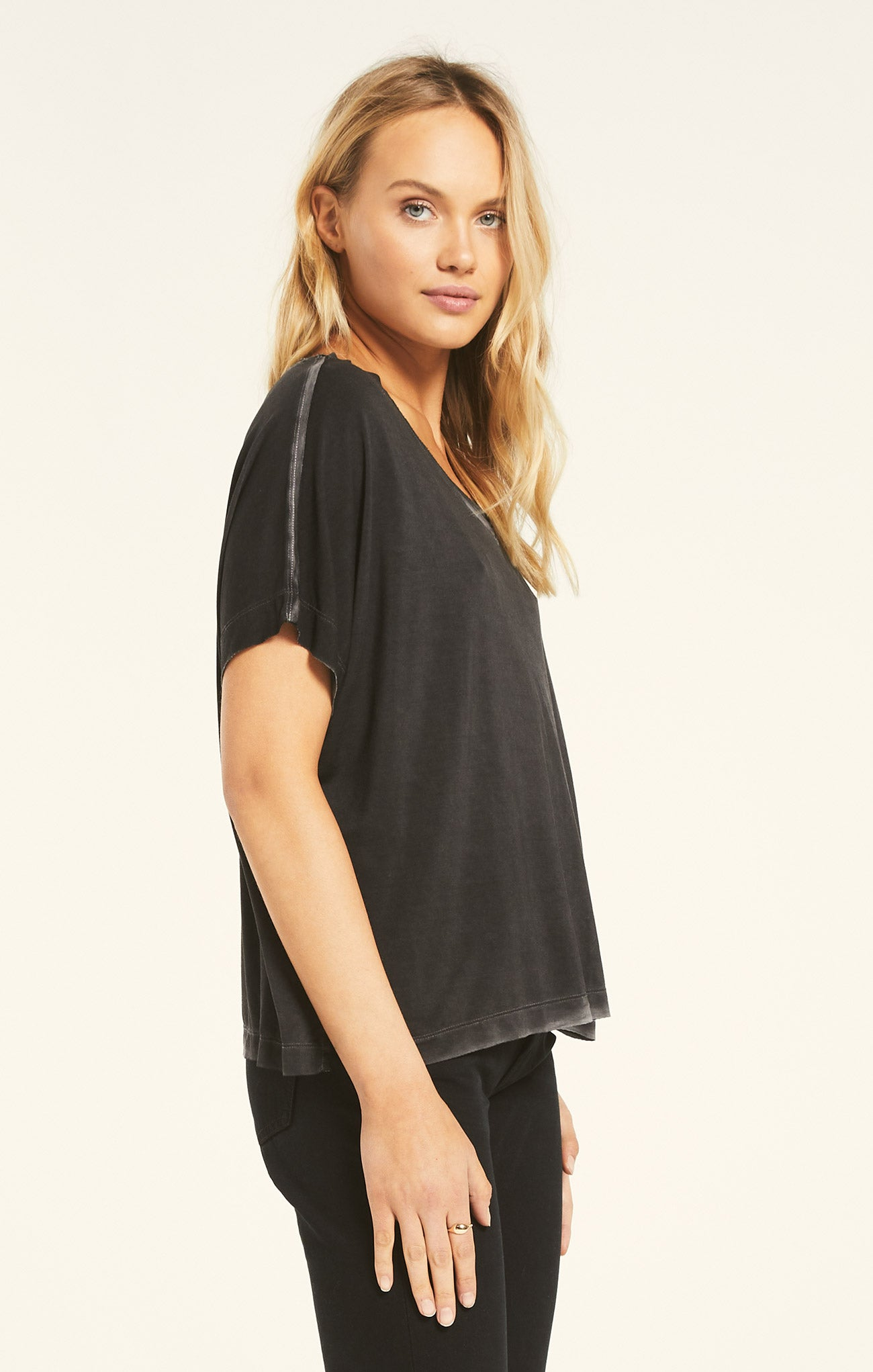 Tops Mischa Sleek V-Neck Tee Black