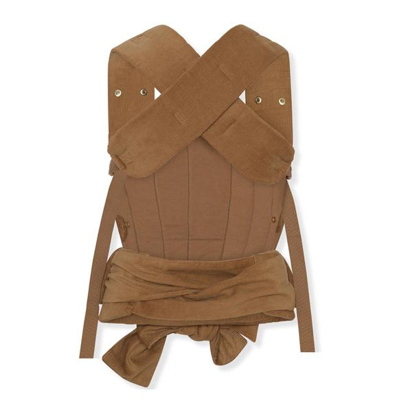 Umami Baby Carrier in almond corduroy from Scandi baby brand Konges Slojd. Bringing comfort and style to new parents and brand new babies from newborn up to toddler age. Super soft and comfortable offering support to parent and baby. This must-have baby essential offers new parents both style and comfort