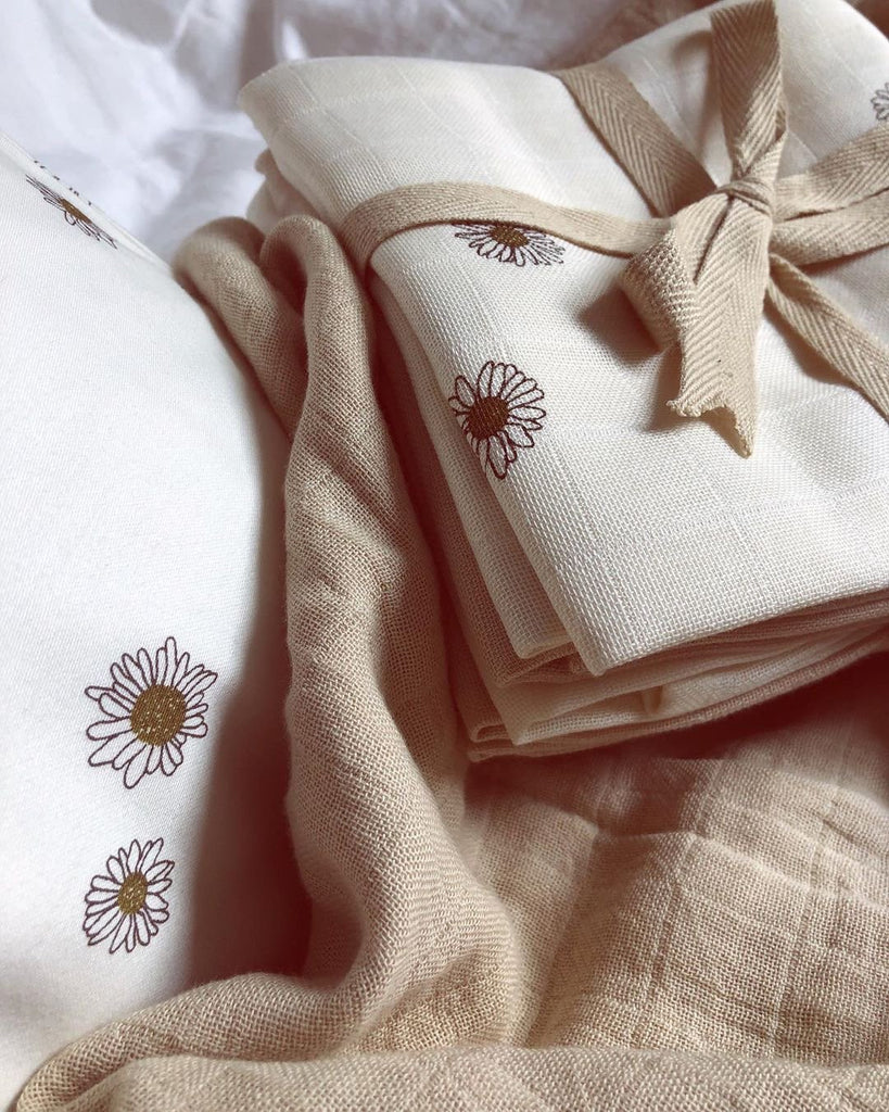 Organic Cotton Muslins with a beautiful daisy print from Danish brand Gamcha. Comes in a pack of 4 - 2 x daisy and 2 x beige. Otis and the Wolf bring you scandi style for little ones