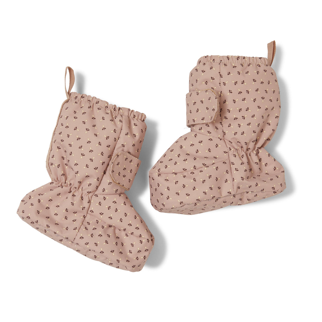Baby Snow Boots in rose with a tiny clover print from Danish designer Konges Slojd. Super-soft, fully insulated, breathable and windproof - the perfect baby booties for the winter. Otis and the Wolf - a curated children's lifestyle and interiors store bringing you scandi style for little ones
