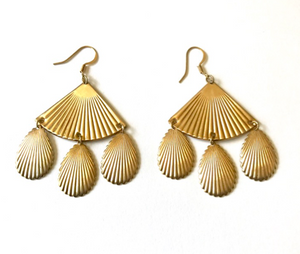 Large ribbed fan earrings with tear drops