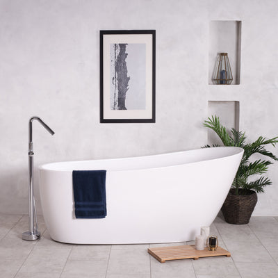 Bath tub with towels and bath mat