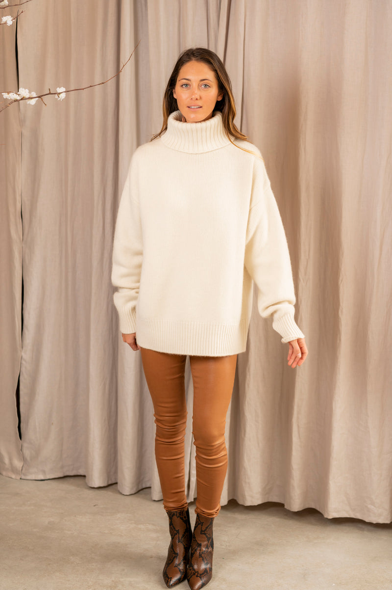 Oversized Extra Cashmere Turtleneck in Cream