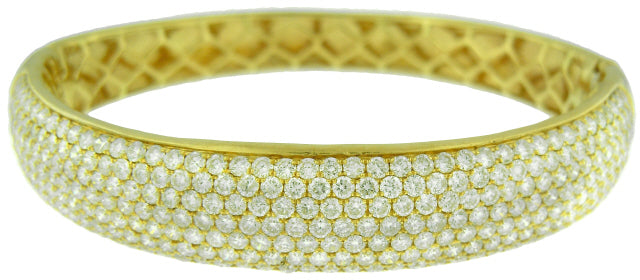 18KT YELLOW GOLD 7-ROW PAVE DIAMOND BANGLE BRACELET.