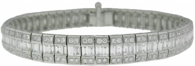 18KT WHITE GOLD ROUND AND BAGUETTE DIAMOND BRACELET.