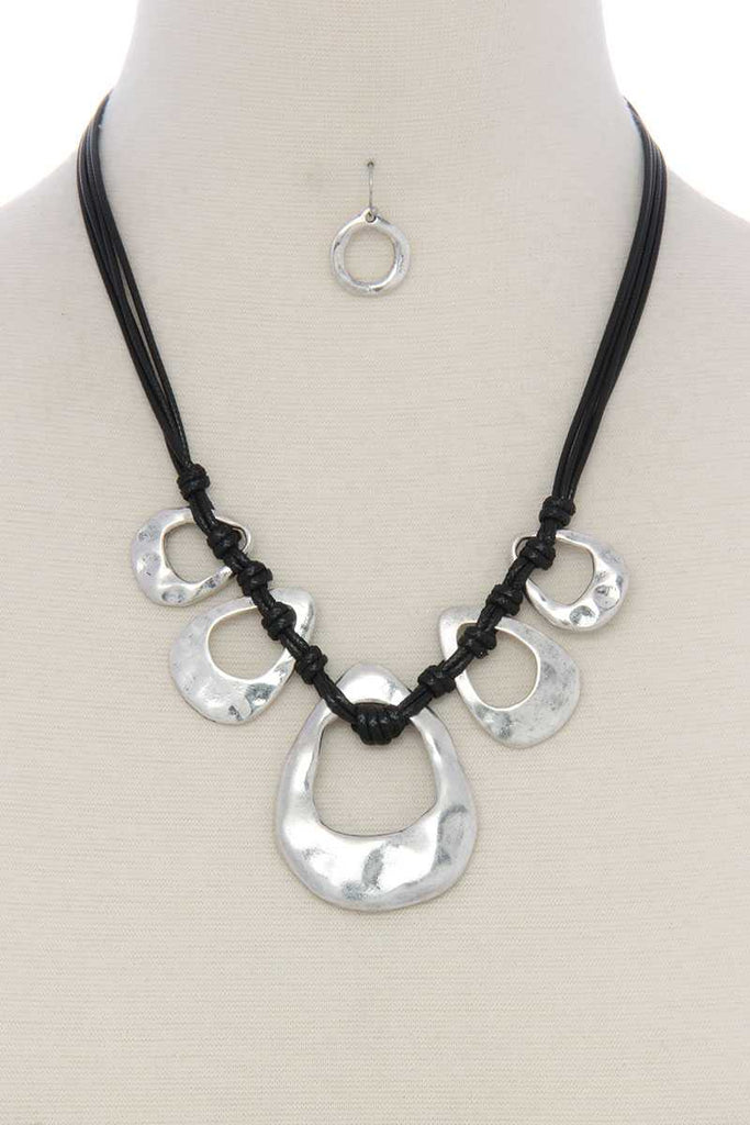 Hammered organic shape short necklace - StyleLure