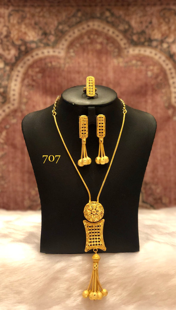 SINGLE STRING GOLD PLATED NECKLACE SET WITH ROUND AND DIAMOND SHAPE DROP TASSEL 707 - Maxim Creation