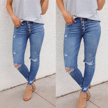 Load image into Gallery viewer, **Distressed Light Wash Skinnies