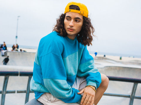seconhand-blue-crewneck-with-secondhand-mens-chino-shorts-and-yellow-baseball-hat-summer-outfit