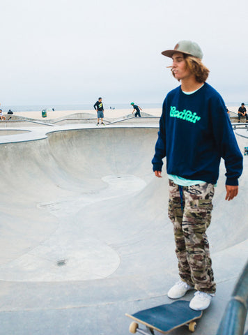 secondhand-crewneck-goodfair-branded-with-camo-pants-and-hat-skater-summer-outfit