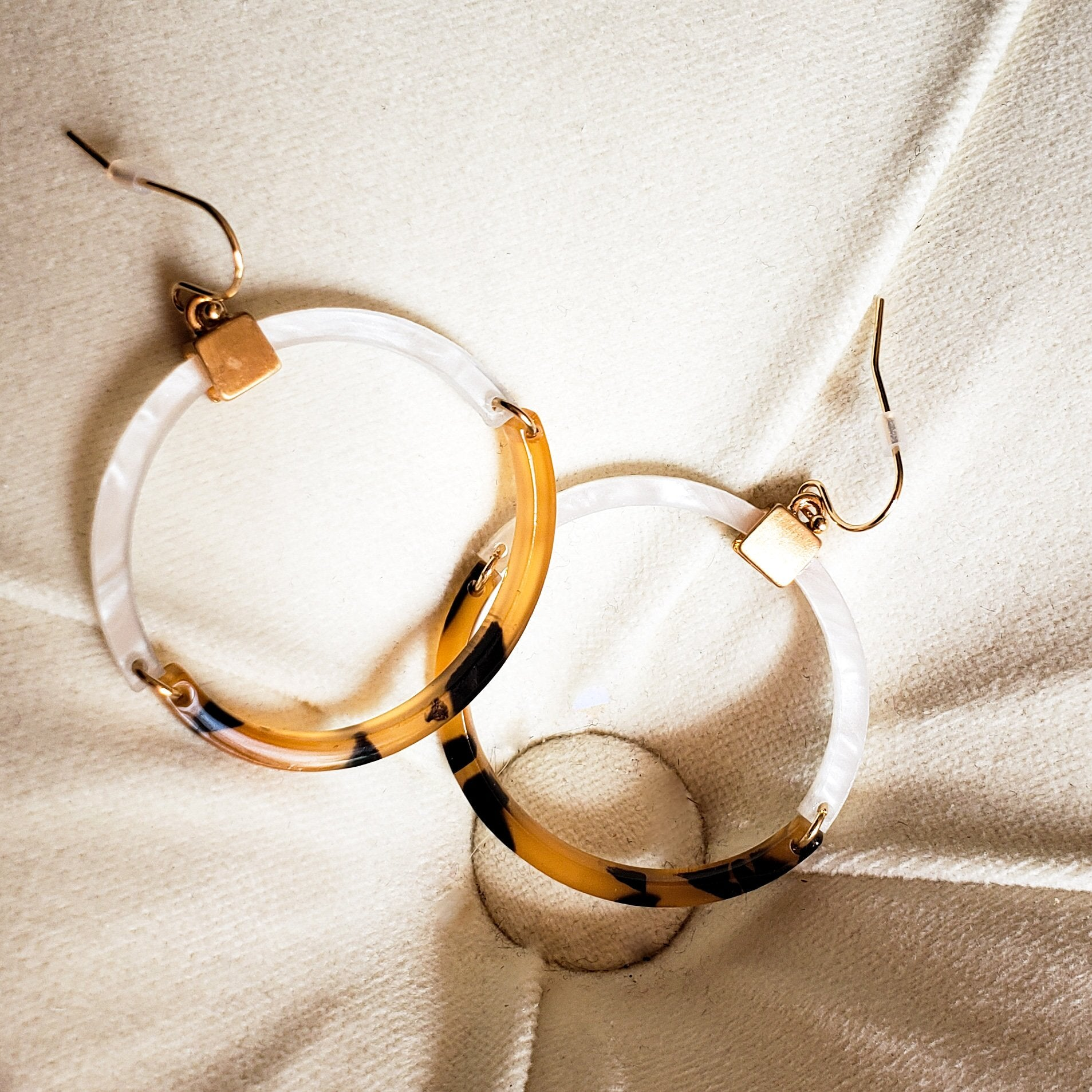 LINKED TORTOISE SHELL ACETATE HOOP EARRINGS
