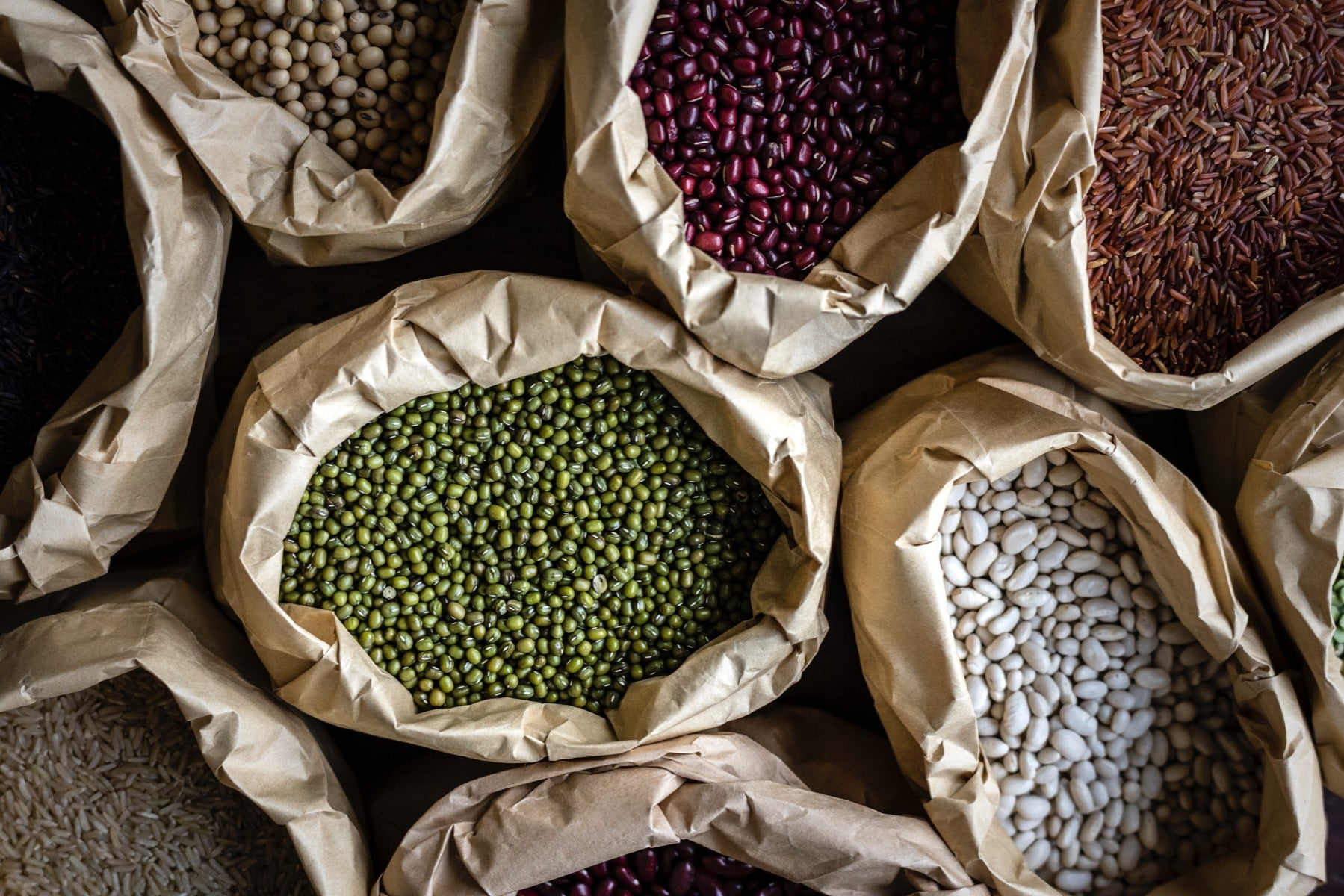 Several types of beans, peas, chickpeas, lentils, contain vegetable proteins