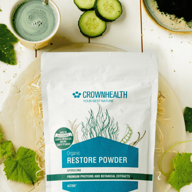 "Restore Powder Spirulina Tester Sample Pack. Premium proteins and botanical extracts support muscle repair and growth. Crownhealth Restore Powder Spirulina in a white standing 500g pouch , with colurful ingredients draws. Blue Crownhealth logo and designs. A light green circle saying: ""I'm not just a protein powder,I'm a complete recovery mix!"". Quality logos like organic certified, vegan, gluten free, soy free , no additives and swiss made"