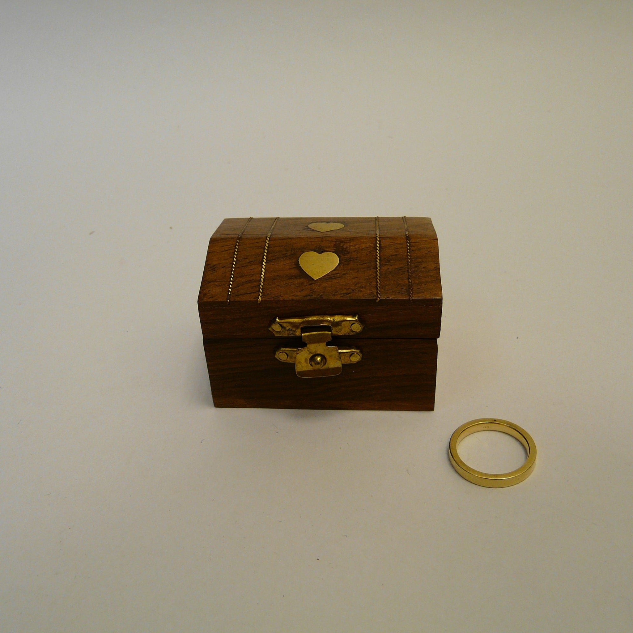 P1090705-Fair-trade-Mini-sesham-wood-chest-box-with-inlaid-brass-hearts