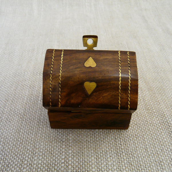 P1110064-Fair-trade-Sesham-wood-mini-box-showing-inlaid-hearts-rope-pattern
