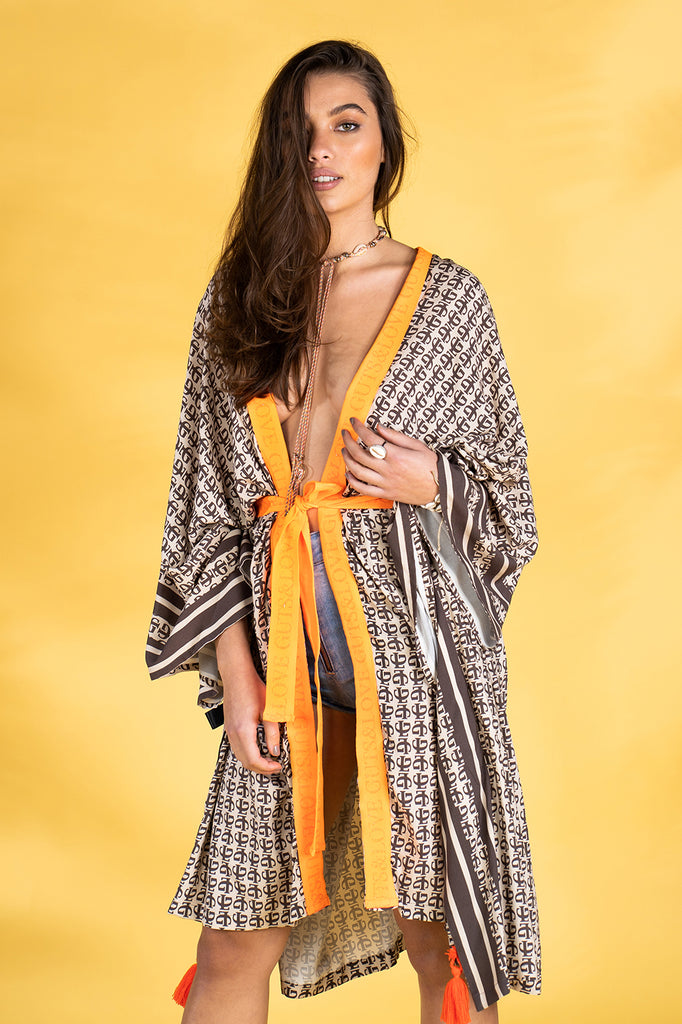 Guts and love. kaftan con detalle en naranja Monogram kaftan de la colección primavera verano 2020 Underneath the star