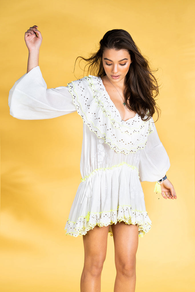 Guts and love. Vestido corto de color blanco Ruffle me more de la colección primavera verano 2020 Underneath the star
