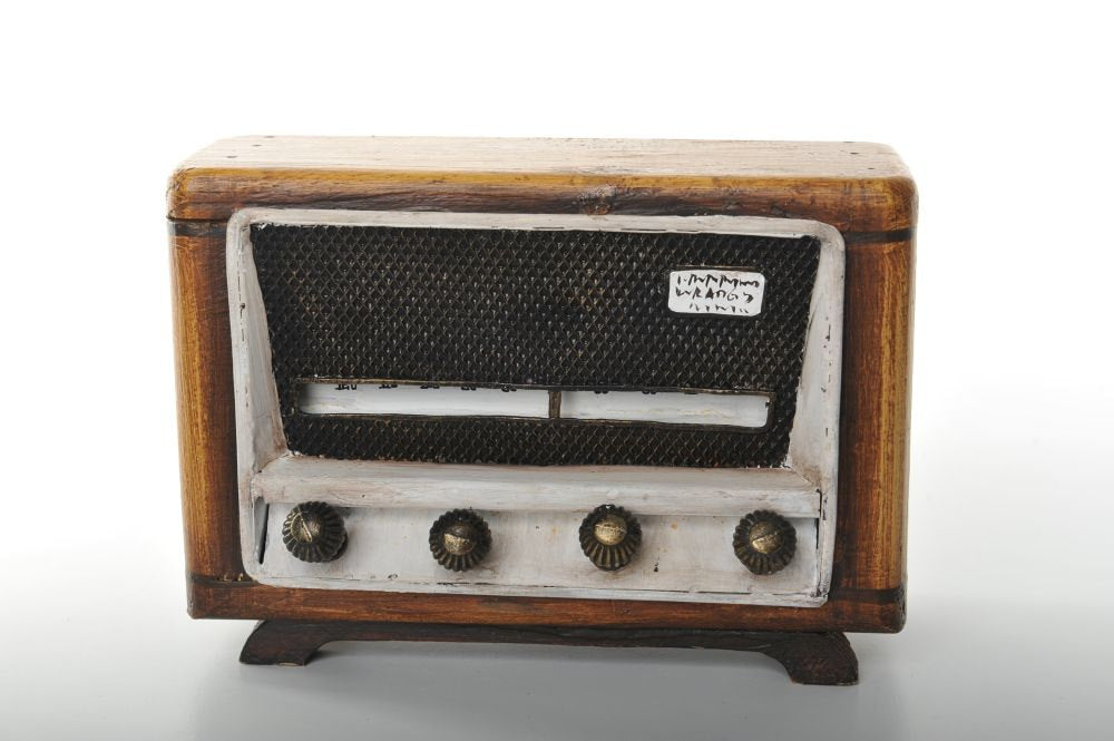 Wooden Miniature of an Old Fashioned Radio with Buttons Vintage Decoration Antique Trinket Box