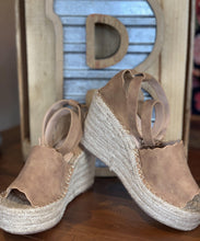 JADE WEDGE, TAN