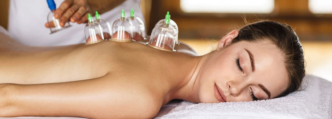 Femme cupping dos