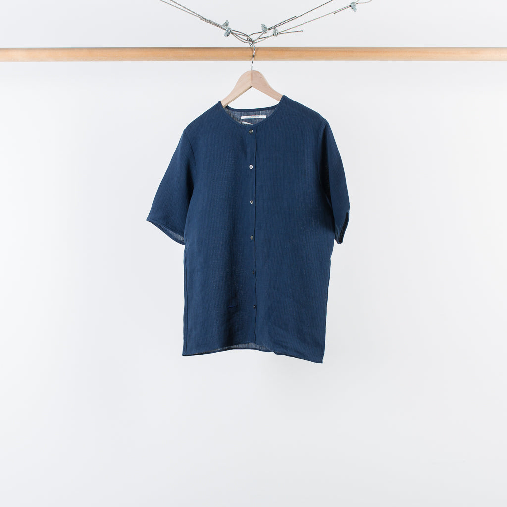 THE STRIPED COLLARLESS SHIRT NAVY