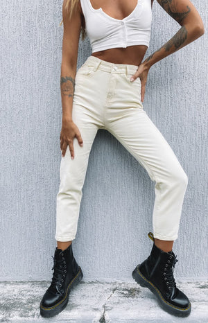 https://files.beginningboutique.com.au/20200327-Blank+Space+Denim+Jeans+Beige.mp4
