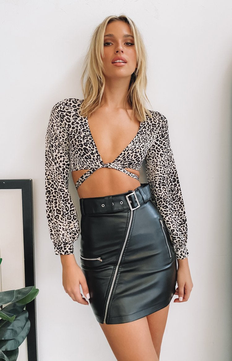 https://files.beginningboutique.com.au/20200601-Elly+long+sleeve+satin+top+leopard.mp4