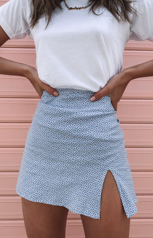 https://files.beginningboutique.com.au/Laura+Skirt+Blue+Floral.mp4